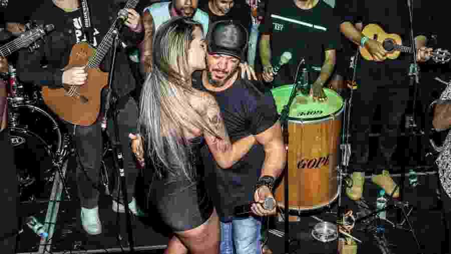 Ex-Miss Bumbum, Aline Uva agarra Belo durante show em São Paulo - Thiago Duran/AgNews