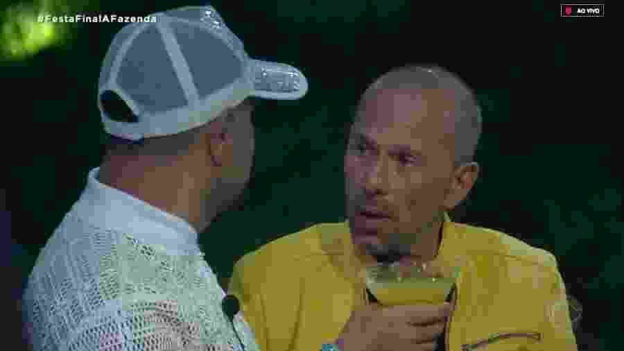 Evandro Santo conversa com Rafael Ilha durante comemoração - Reprodução/RecordTV