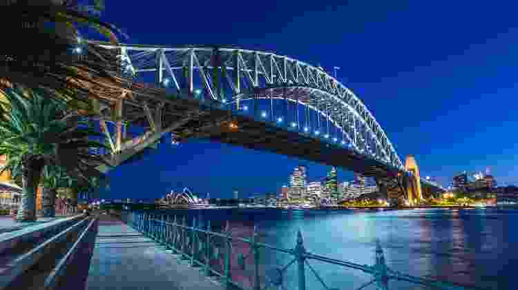 Turistas podem caminhar sobre a Sydney Harbour Bridge no passeio BridgeClimb - asiafoto/Getty Images/iStockphoto