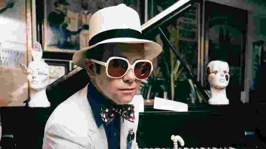 """Elton John posa para foto em sua casa na Inglaterra em 1974 - Terry O""""Neill"""