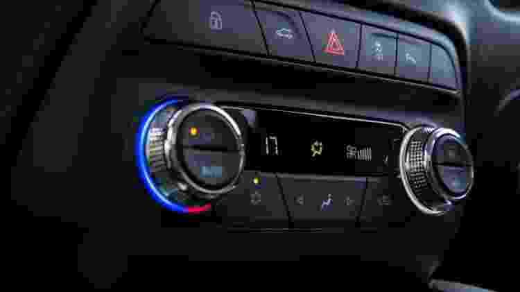 Onix Plus brasileiro pode trazer ar-condicionado digital e automático; no chinês, equipamento é manual - Divulgação