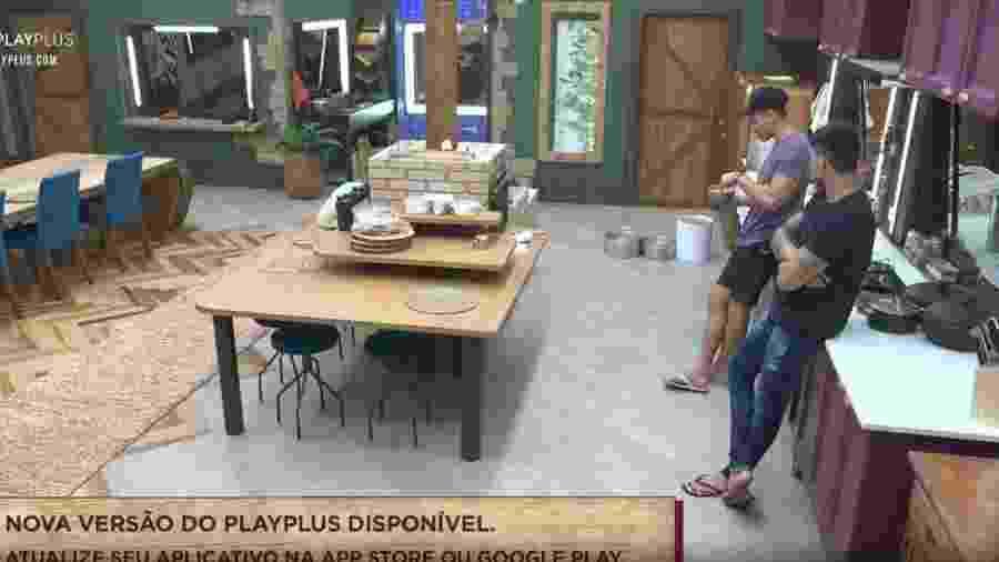 Guilherme e Netto conversam na cozinha - Reprodução/Playplus