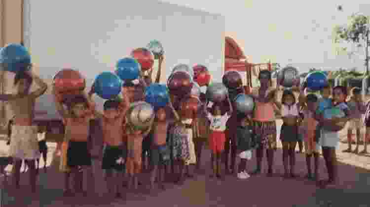 Crianças recebem brinquedos do projeto Amigos do Jequiti nos anos 90 - Arquivo Pessoal