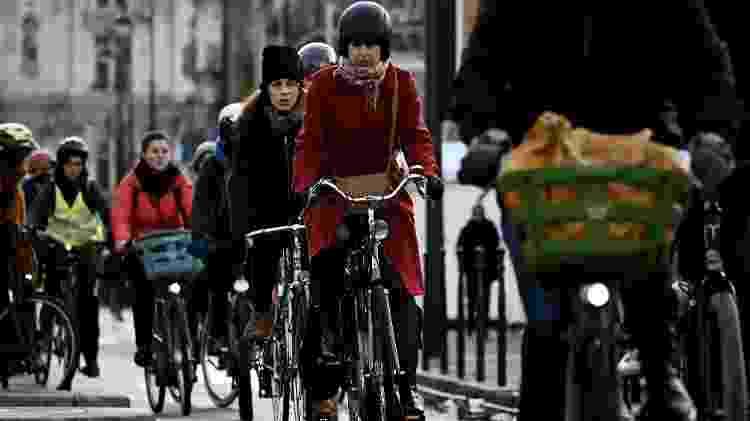 10.12.2019 - Bicicletas e patinetes têm sido a solução de moradores e turistas durante a greve dos transportes - Philippe Lopez/AFP