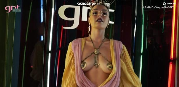Baile da Vogue | Isis Valverde usa fantasia com superdecote