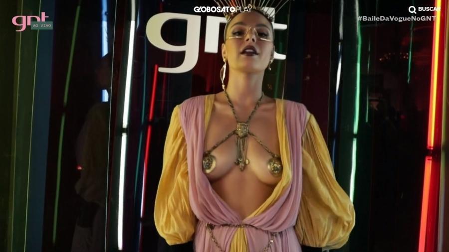 Isis Valverde usa fantasia e superdecote em Baile da Vogue - Reprodução/GNT