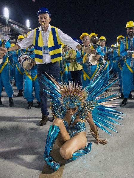 Lexa levou caiu em sua estreia como rainha da bateria da Unidos da Tijuca - Delmiro Junior/Brazil News