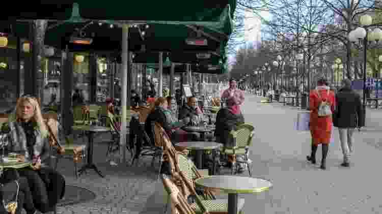 Pessoas frequentam os cafés de Estocolmo, na Suécia, durante a pandemia - Getty Images - Getty Images