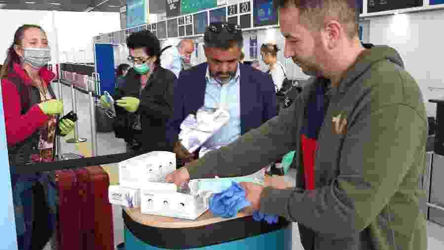 Passageiros respeitam os novos procedimentos para entrada no Reino Unido no aeroporto de Essex - Getty Images
