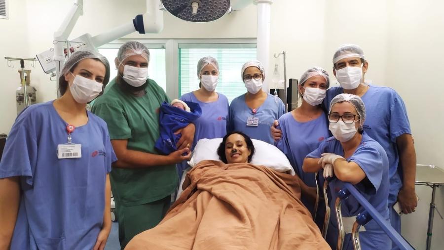A paciente Vanessa Almeida Silveira, 40, seu marido Cícero e seu filho Gael com a equipe do Hospital Marcelino Champagnat - Hospital Marcelino Champagnat/Divulgação