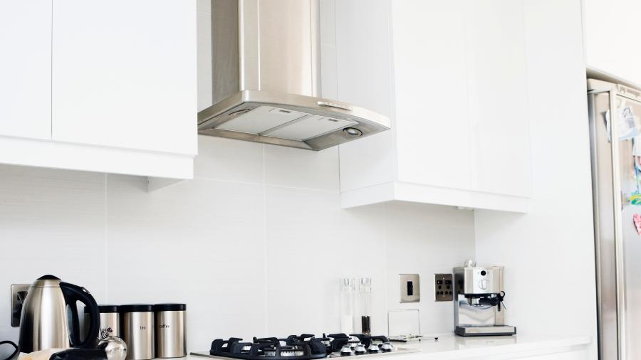 Coifas e depuradores podem reduzir os efeitos da sujeira, do mau cheiro e o acúmulo de gordura - Getty Images