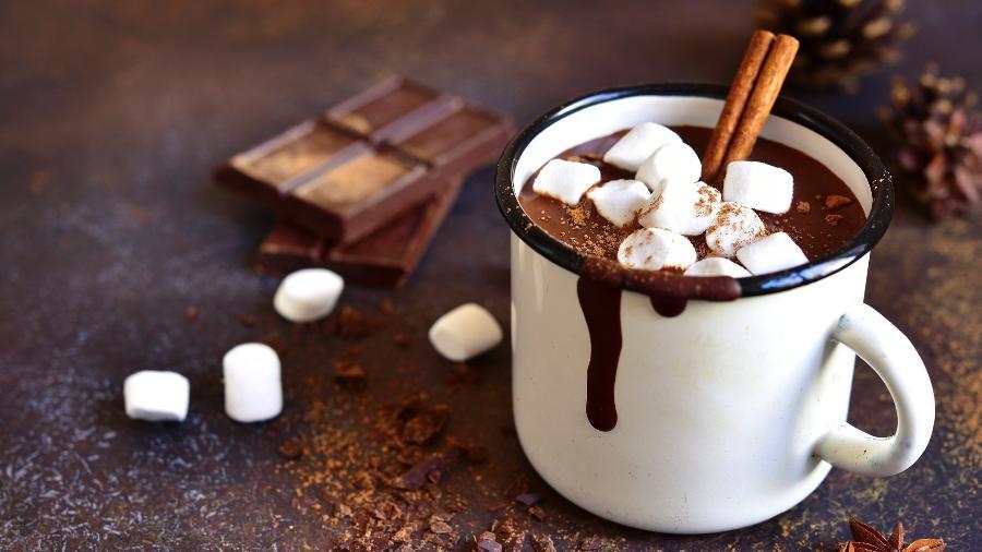 Chocolate quente caseiro com marshmallow para aquecer o inverno - Getty Images/iStockphoto