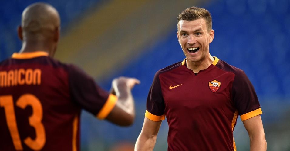 Dzeko comemora junto com Maicon após marcar em estreia pela Roma
