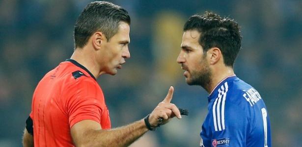 Fabregas é advertido pelo árbitro no confronto entre Chelsea e Dínamo de Kiev pela Liga dos Campeões