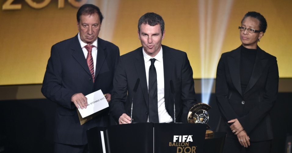 Robert Fernandez (ao centro), diretor técnico do Barcelona, recebeu o prêmio de melhor treinador do ano dado a Luis Enrique, que não compareceu ao evento