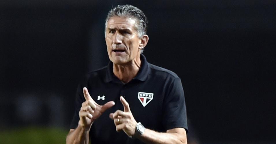 Edgardo Bauza gesticula durante a partida entre São Paulo e Cesar Vallejo