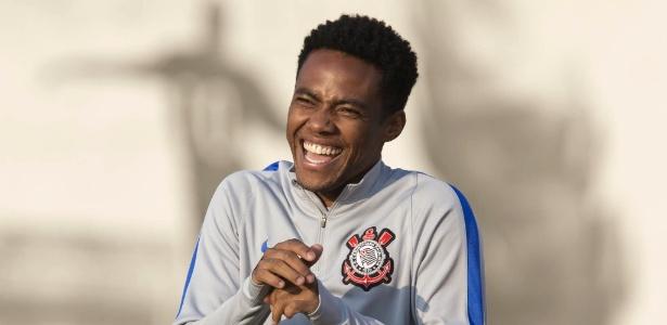 Elias sorri em treinamento do Corinthians na terça, véspera do jogo com Nacional