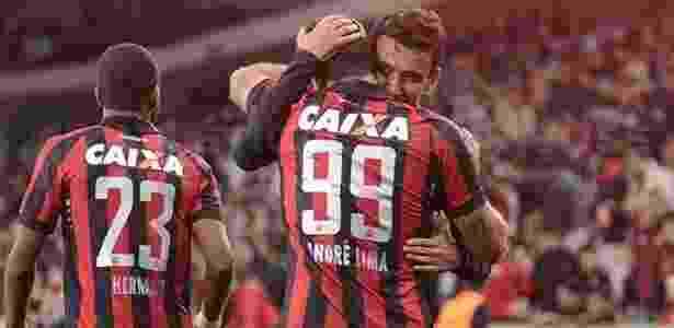 André Lima é abraçado por Pablo após abrir o placar na Arena da Baixada - Gustavo Oliveira/Site Oficial do Atlético-PR