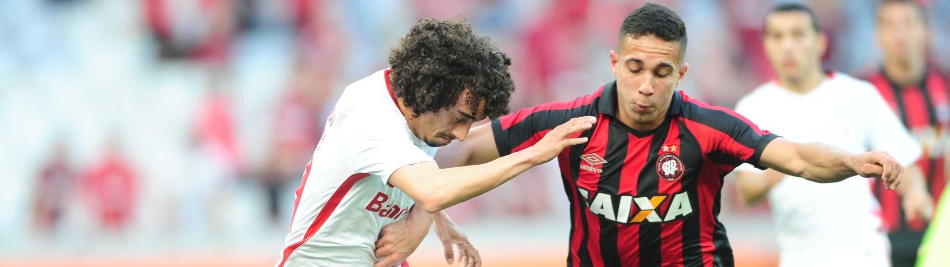 Valdivia disputa a bola com jogador do Atlético-PR em jogo na Arena da Baixada pelo Brasileirão