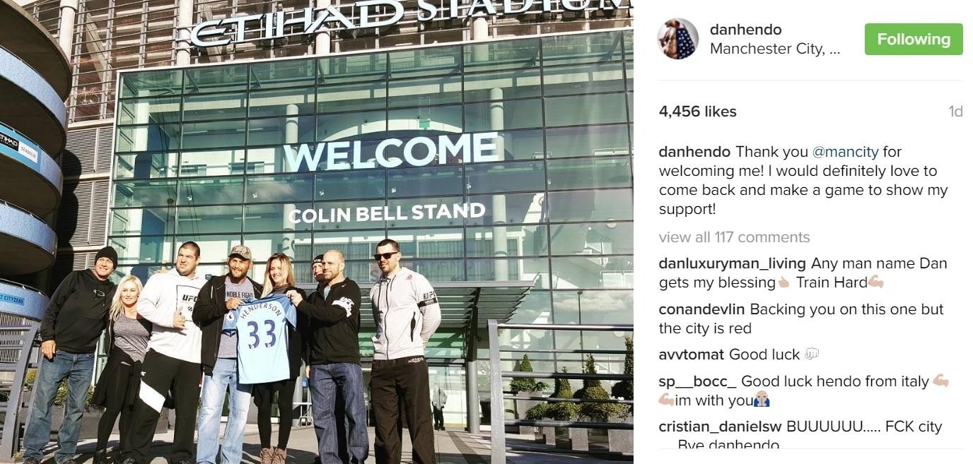 Dan Henderson posa com a camisa do Manchester City