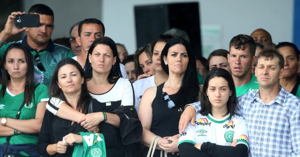 Famílias das vítimas acompanha retirada dos caixões de aviões da FAB