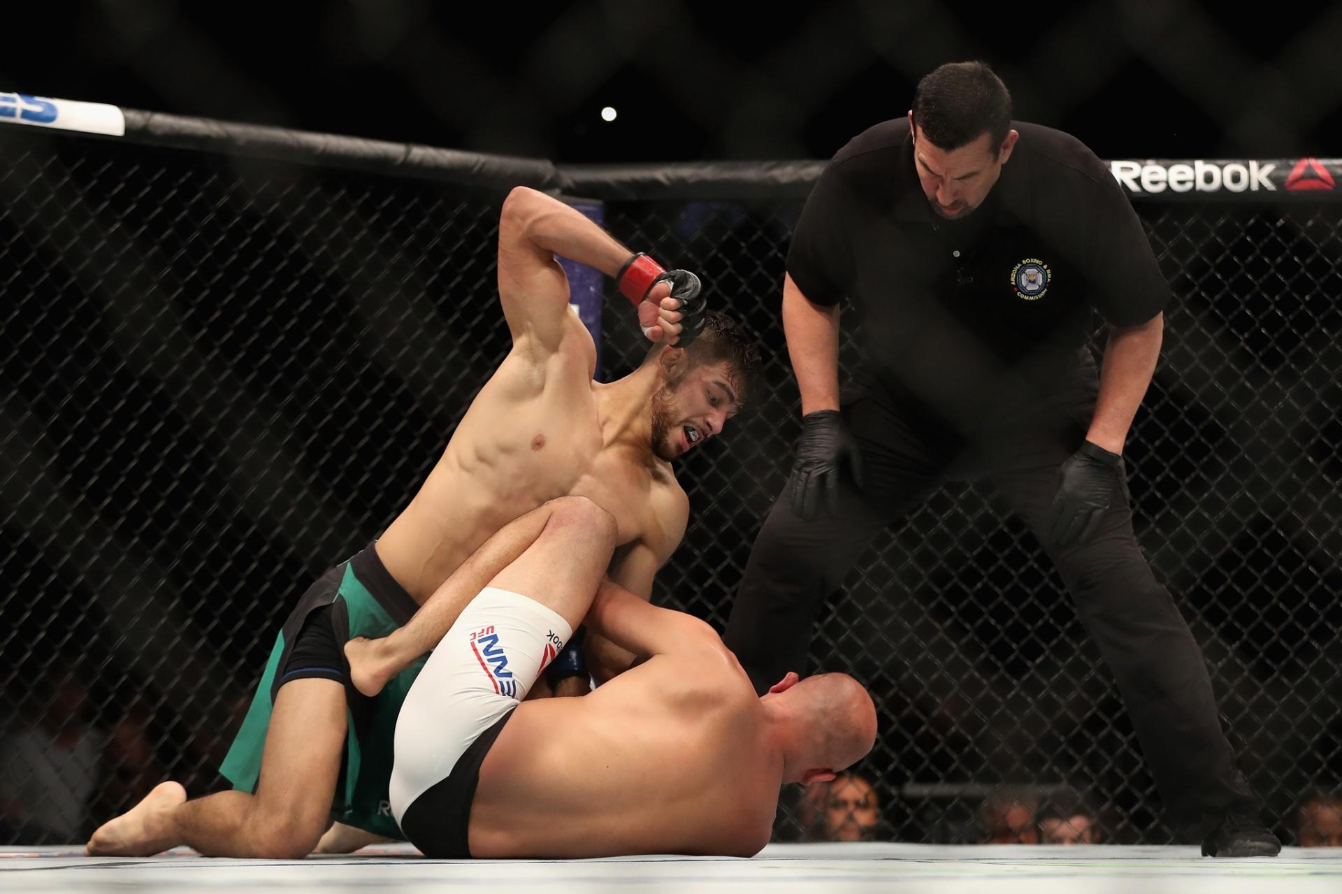 Yair Rodriguez acerta BJ Penn durante luta pelo UFC