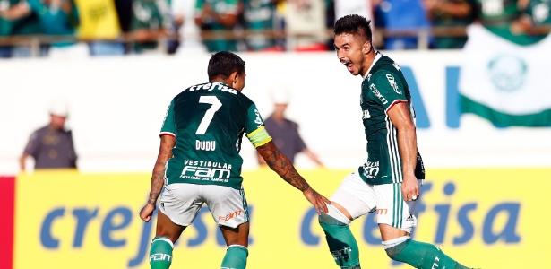 Willian, à direita, comemora gol com Dudu