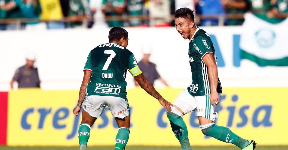 Dudu e Willian Bigode comemoram gol do Palmeiras diante do Linense