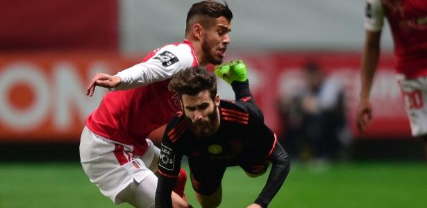 Dentro de campo, o Benfica venceu o Braga e se manteve na liderança do Português