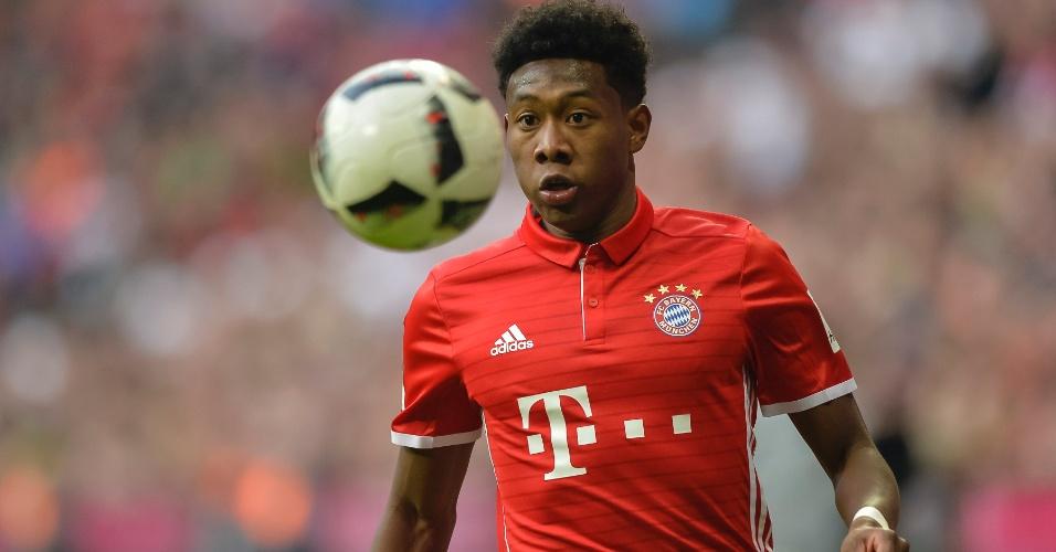 Alaba olha fixamente para a bola durante a partida entre Bayern e Hamburgo