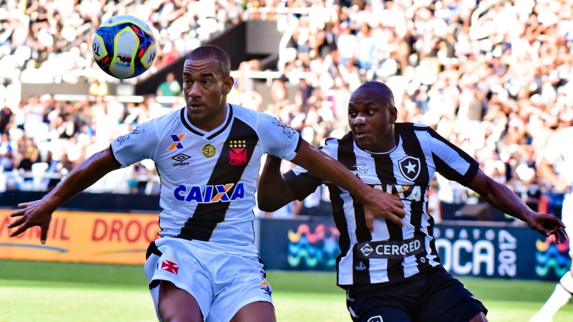 Rodrigo disputa a bola com Sassá durante a partida Vasco e Botafogo