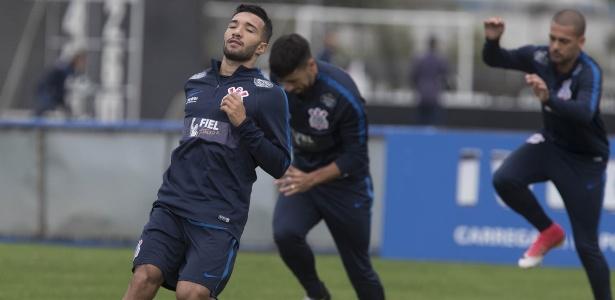 Clayson em ação em treino do Corinthians; jogador foi testado como titular