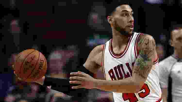 Denzel Valentine, do Chicago Bulls, em ação em jogo contra o Milwaukee Bucks - Jonathan Daniel/Getty Images - Jonathan Daniel/Getty Images