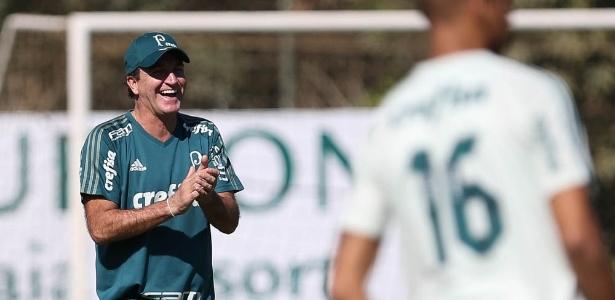 Cuca se diverte durante treino do Palmeiras em Atibaia