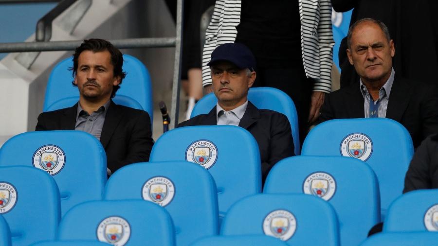 José Mourinho, técnico do Manchester United, acompanha a partida entre Manchester City e Everton - Reuters/Carl Recine