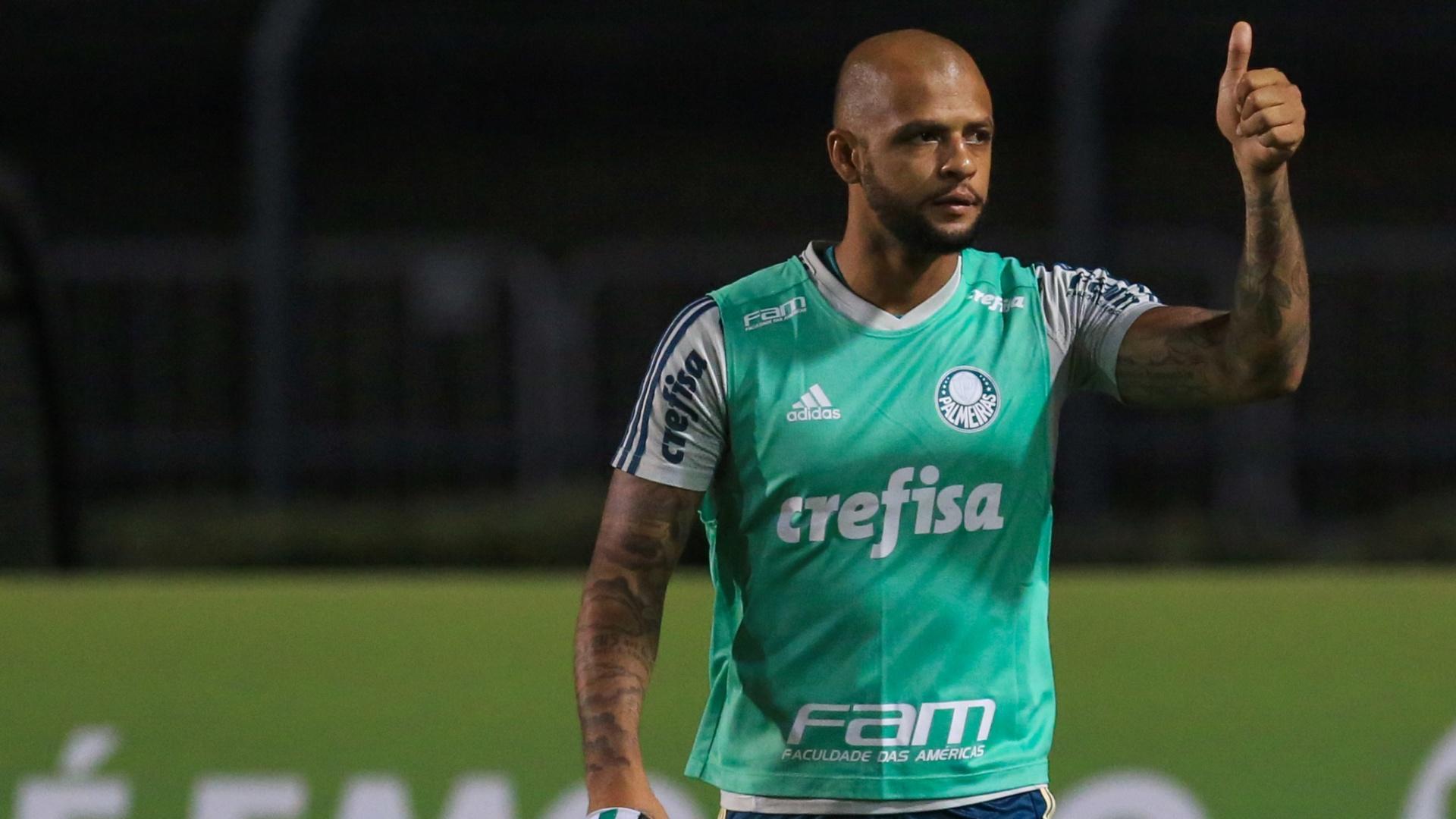 Felipe Melo se prepara para entrar em campo pelo Palmeiras, contra o Bahia, no Pacaembu