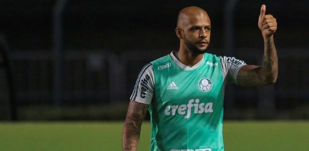 Felipe Melo se prepara para entrar em campo em jogo do Palmeiras contra o Bahia