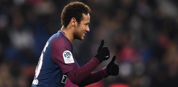 Neymar em ação pelo PSG durante jogo contra o Troyes