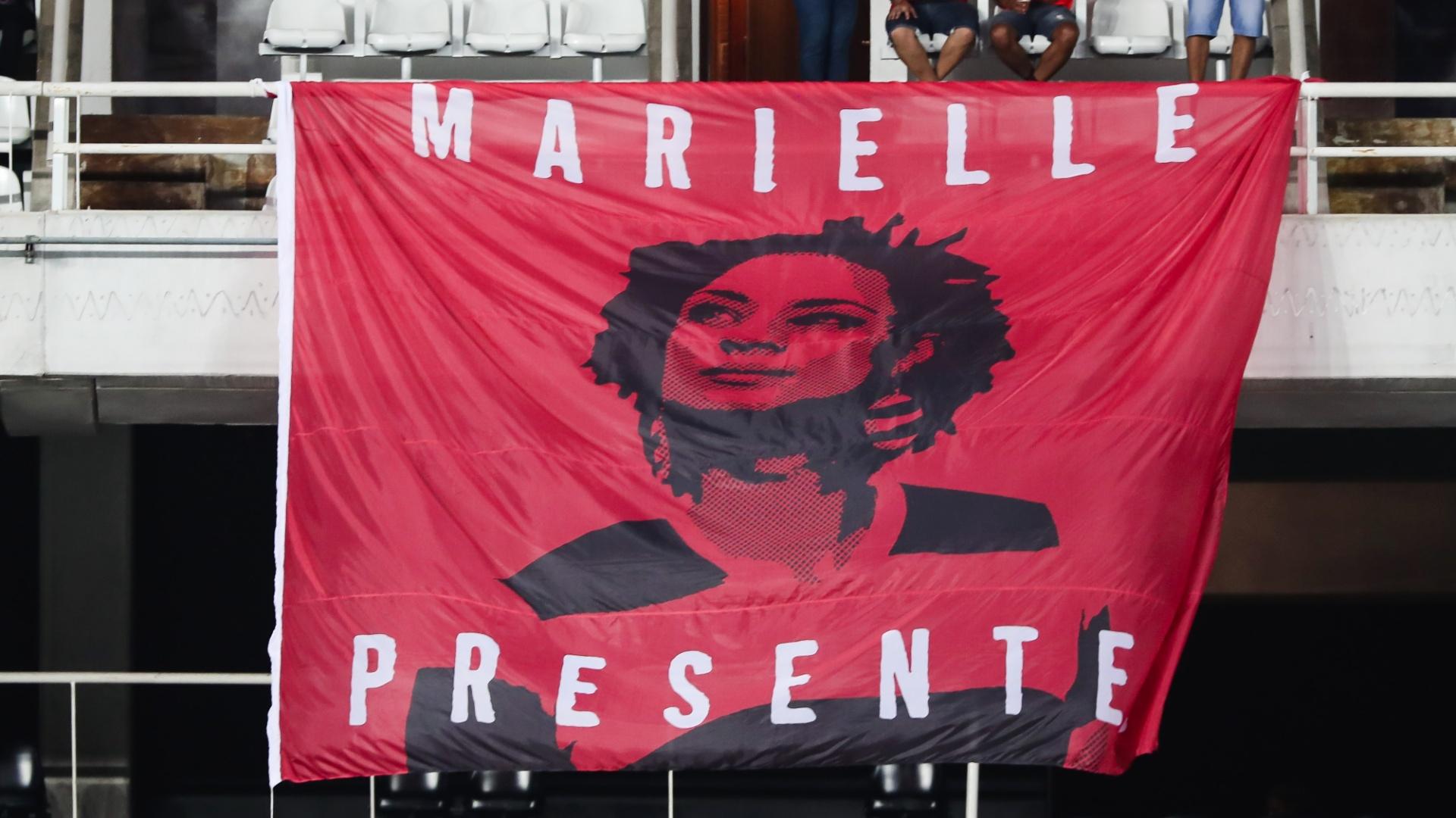 Torcida do Flamengo exibe bandeira com a imagem da vereadora Marielle Franco (PSOL) em jogo contra o Fluminense pela Taça Rio, segundo turno do Campeonato Carioca, de 2018