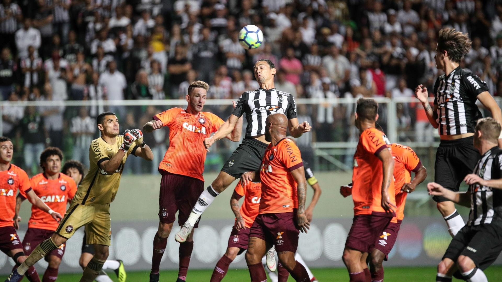 Ricardo Oliveira escora de cabeça durante jogo entre Atlético-MG e Atlético-PR