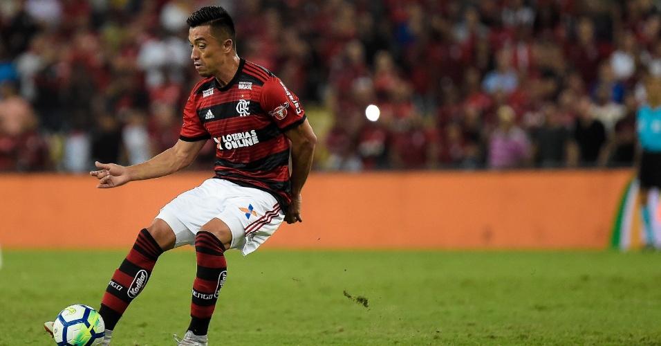 Uribe, atacante do Flamengo, toca bola durante jogo contra o Corinthians