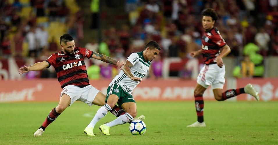 Dudu passa pela marcação de Pará durante a partida entre Flamengo e Palmeiras