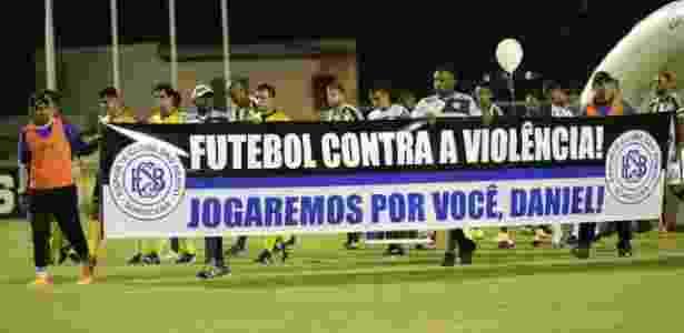 Jogadores exibem faixa antes da partida São Bento x Coritiba - EC São Bento/Divulgação - EC São Bento/Divulgação