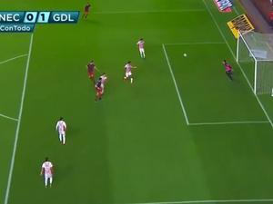 Zagueiro tenta afastar de cabeça e faz gol contra improvável no México 0f0a2afa44167