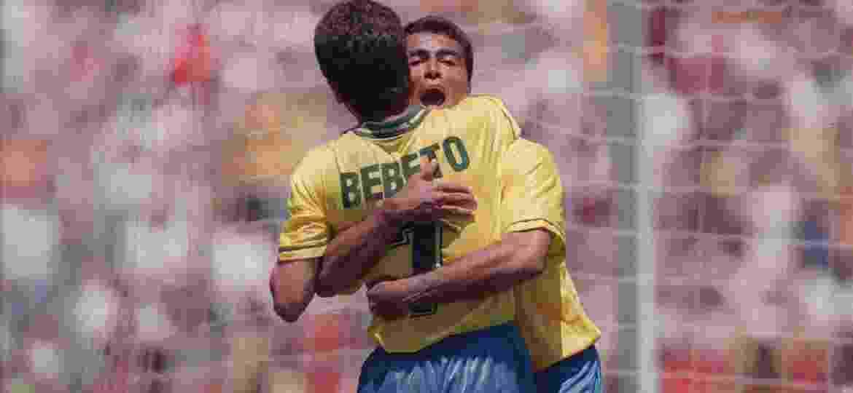 Romário e Bebeto se abraçam na Copa do Mundo de 1994; dupla de ataque foi fundamental para o tetra - Antônio Gaudério/Folhapress