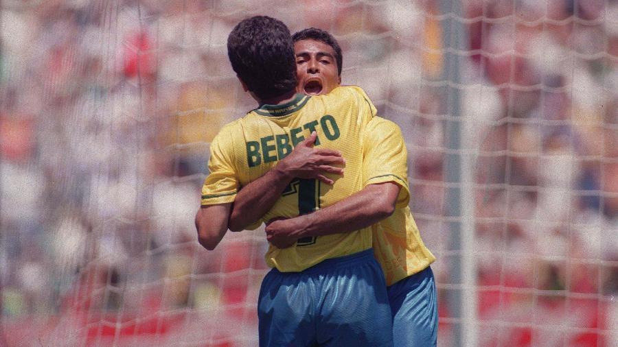 Romário e Bebeto se abraçam na Copa do Mundo de 1994 - Antônio Gaudério/Folhapress