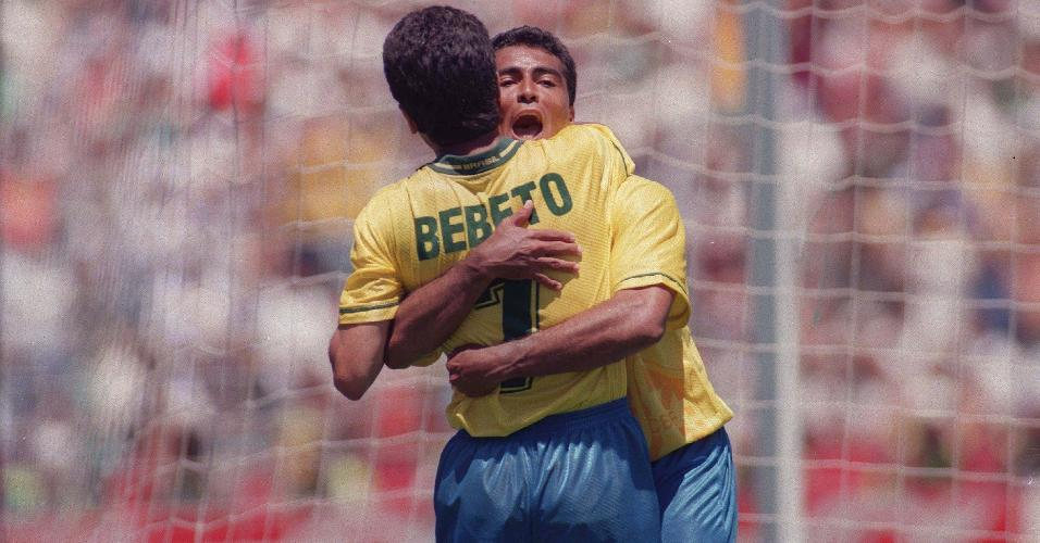 Romário e Bebeto se abraçam na Copa do Mundo de 1994