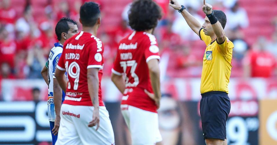 O árbitro Rodrigo Carvalhaes de Miranda anula gol do Internacional após auxílio do VAR na partida contra o CSA pelo Campeonato Brasileiro