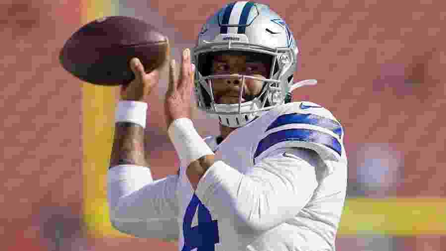 Dak Prescott em ação durante aquecimento antes de jogo do Dallas Cowboys contra o San Francisco 49ers - Thearon W. Henderson/Getty Images/AFP