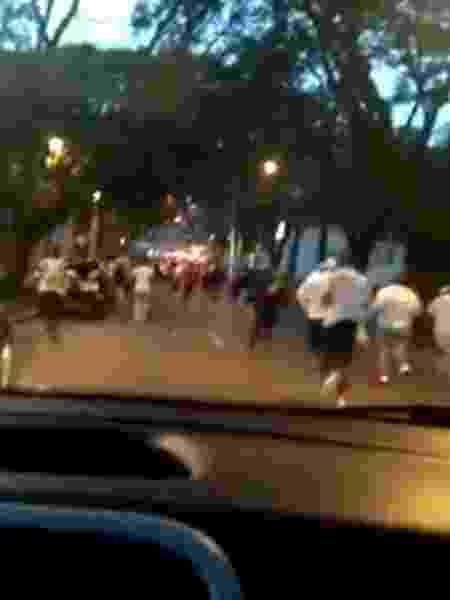 Briga entre torcedores de Atlético-MG e Athletico Paranaense filmada de dentro de carro - Reprodução